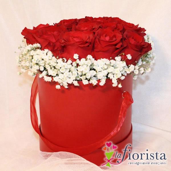 Cappelliera rossa con rose rosse