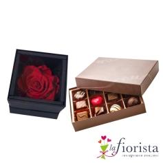 Rosa stabilizzata stabilizzata e cioccolatini assortiti