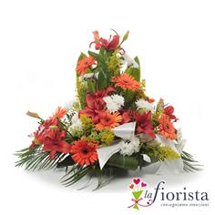 Centrotavola di fiori bianchi e arancio
