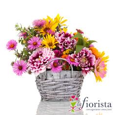 Cestino di fiori primaverili rosa e giallo