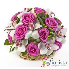 Cestino di rose rosa e fiori di orchidea