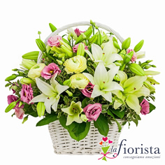 Cestino di rose rosa e lilium bianchi