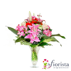 Mazzo di gigli rosa e fiori rossi