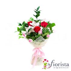 Mazzo di rose rosse e fiori di orchidea